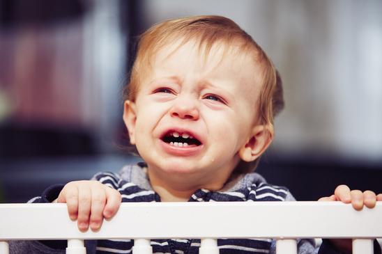 enfant pleure au lit, cauchemar et terreur nocturne